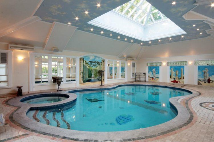 20 homes with beautiful indoor swimming pool designs for Small indoor pool ideas